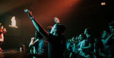 ¿Cuál es la Diferencia entre Alabanza y Adoración? Te lo explicamos todo